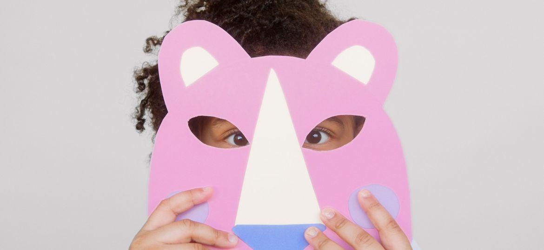 طفلة تخفي وجهها بقناع ورقي، ربما كعلامة من علامات الخجل عند الأطفال