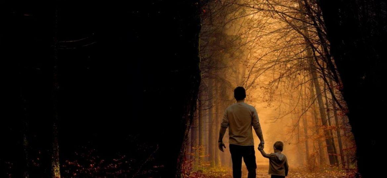 والد يسير مع طفله في رحلته التربوية للتغلب على المشاكل السلوكية