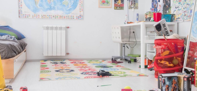 غرفة أطفال مليئة بالألعاب، لكن هل يمكن للأطفال أن يشاركوا في تنظيف المنزل؟